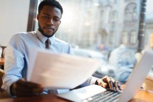 Bir işe alma yöneticisi iki özgeçmiş karşılaştırır.